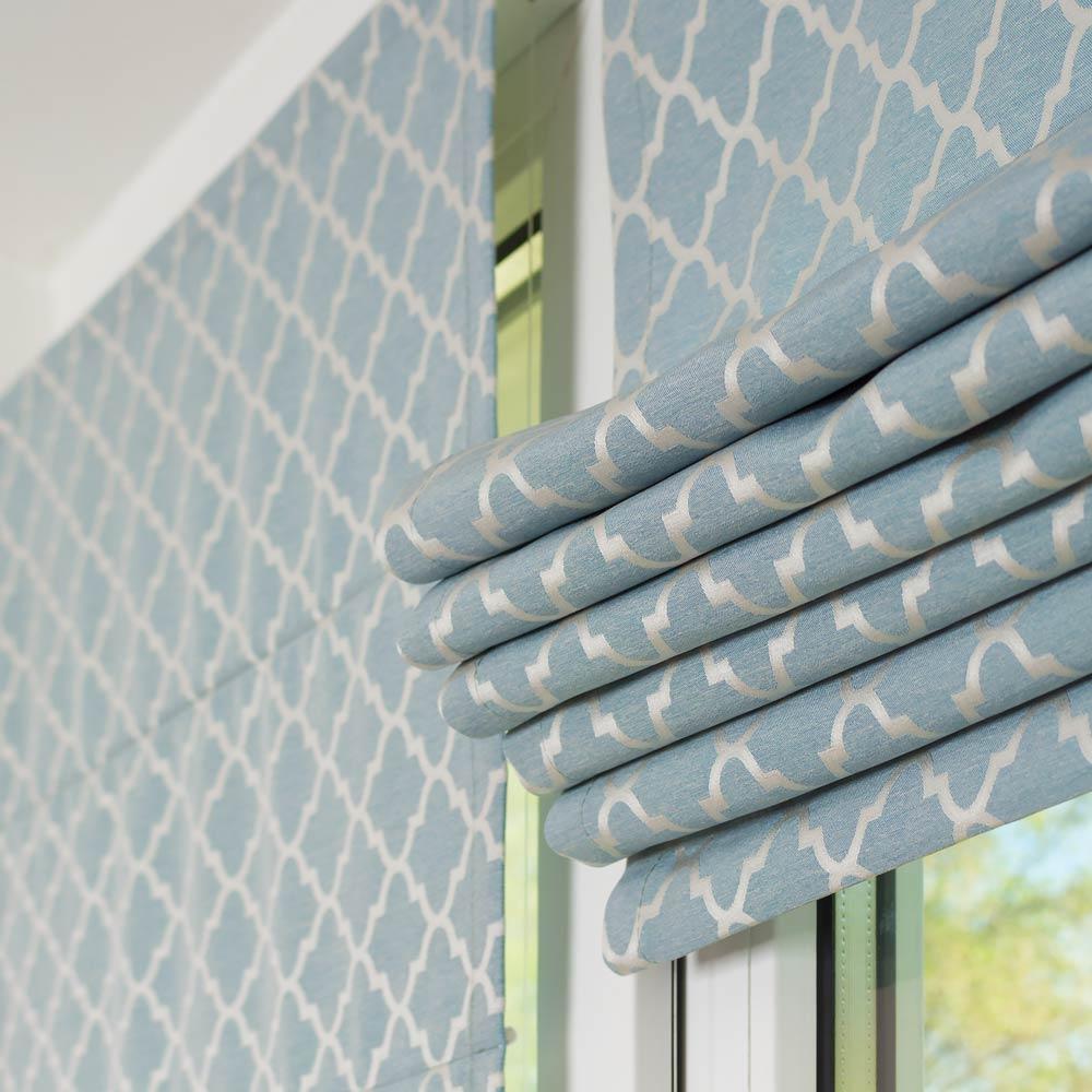 Мини римские шторы формируют красивые складки в верхней части окна