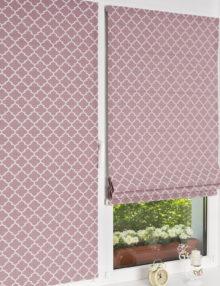 Мини римские шторы розового цвета на пластиковом окне с установкой без сверления