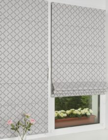 Две мини римские шторы с орнаментом на сером фоне. Мини римские шторы устанавливаются на пластиковые окна без сверления