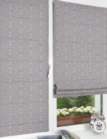 Красивые мини римские шторы с геометрическим рисунком на сером фоне установленные на пластиковом окне без сверления окна