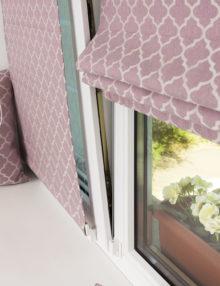 Две мини римские шторы из ткани розового цвета, установленные на пластиковом окне без сверления.