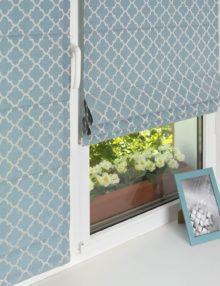 Мини римские шторы голубого цвета с орнаментом. Шторы устанавливаются без сверления на пластиковые окна