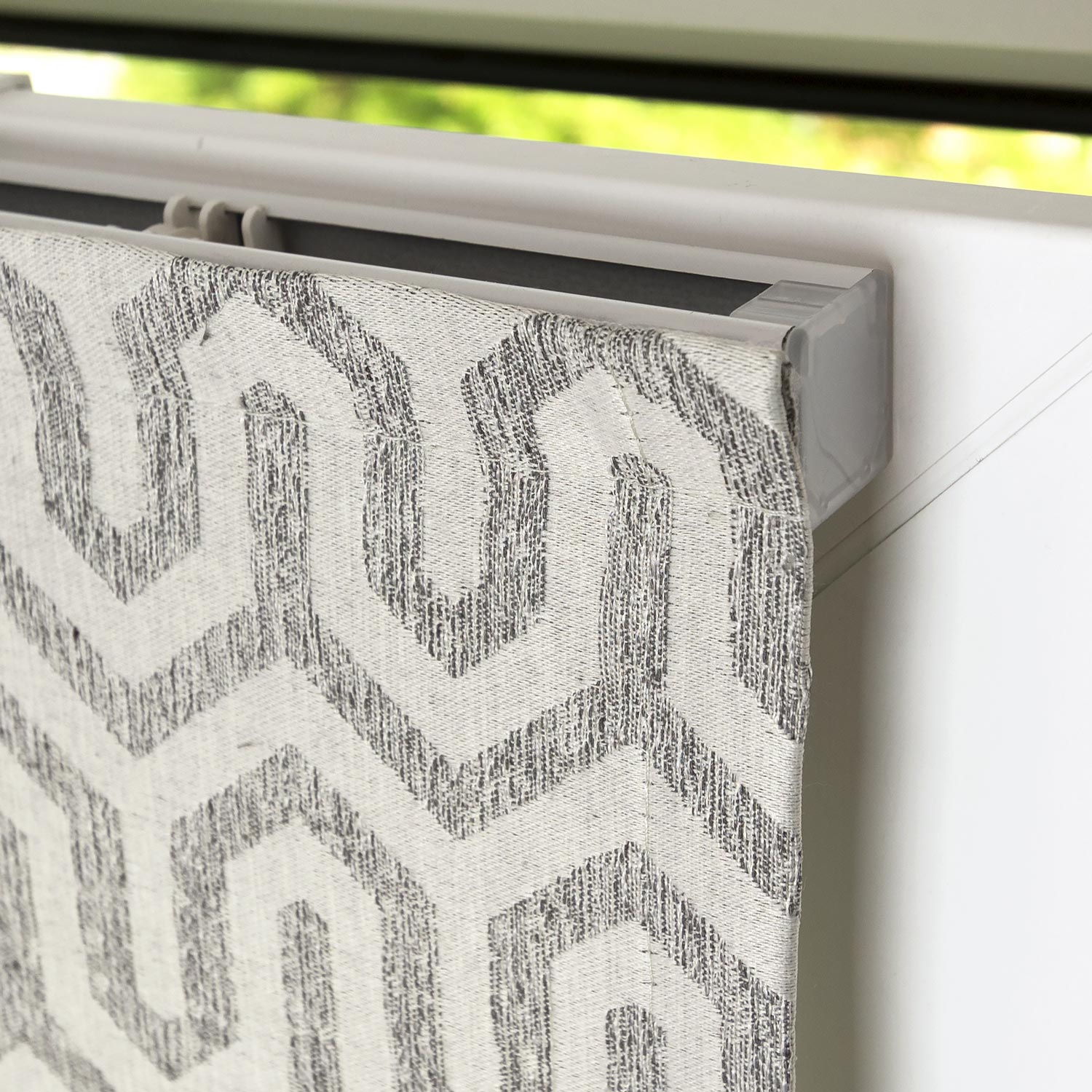 Мини римская штора на пластиковом окне. Ткань шторы с орнаментом
