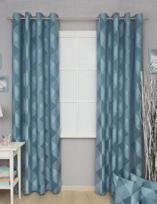 Яркие голубые шторы на люверсах из фактурной ткани с крупным геометрическим рисунком