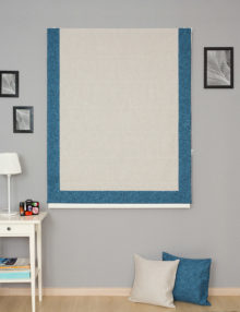 Римские шторы на окна из ткани под лён бежевого цвета и декоративные подушки