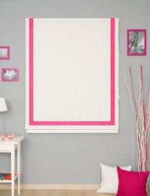 Красивая римская штора белого цвета с кантом в горошек розового цвета