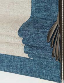 Римская штора бежевого цвета с кантом синего цвета на механическом карнизе