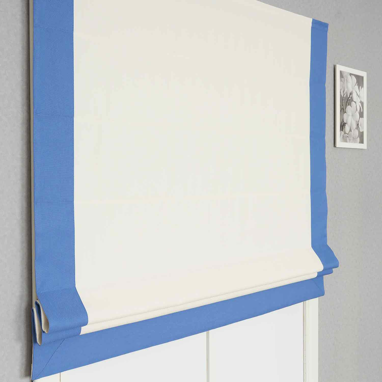 Красивая римская штора из рогожки молочного цвета с контрастным кантом синего цвета