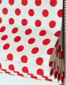 Римская штора для кухни с рисунком в красный горошек на белом фоне