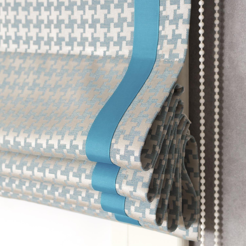 Римская штора собранная в складки