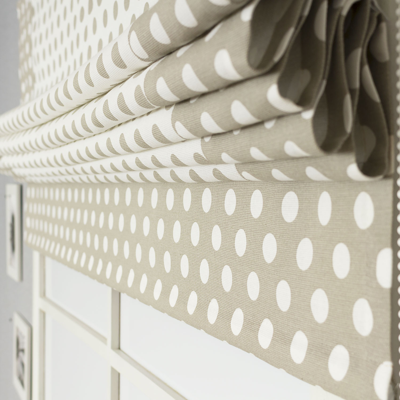 Римская штора из ткани в горошек с декоративным кантом