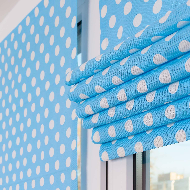 Мини римская штора на пластиковом окне собранная в красивые складки.