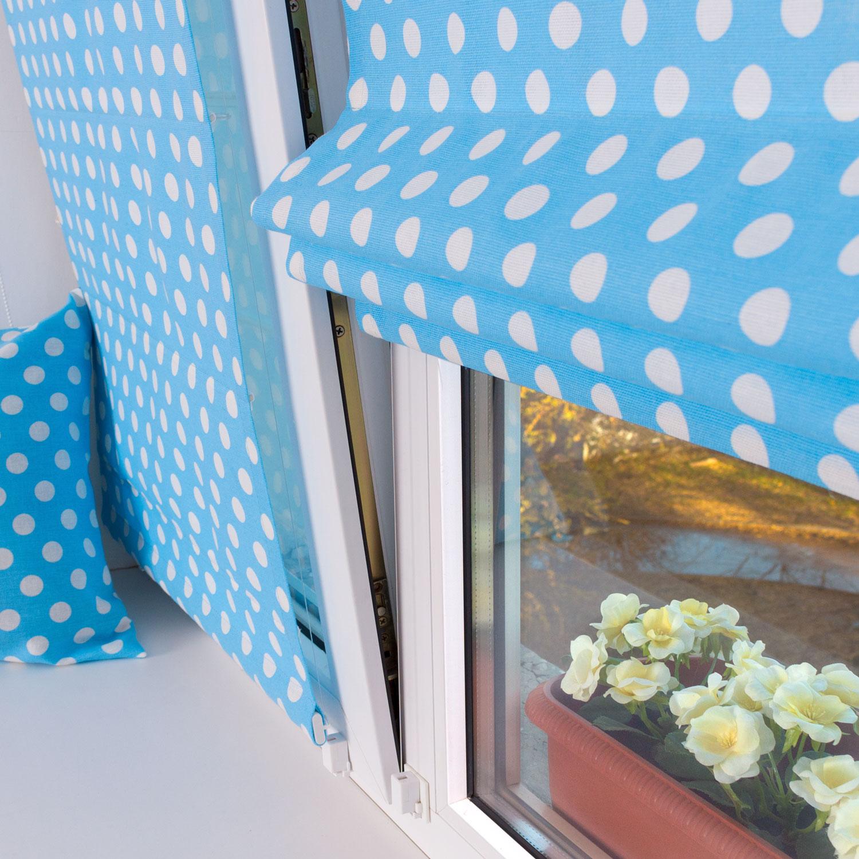 Мини римские шторы на пластиковые окна из ткани в горошек на голубом фоне.