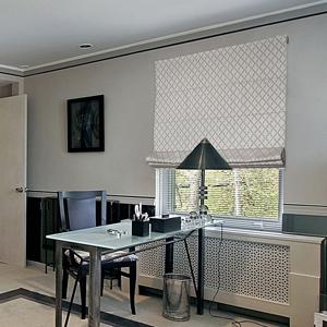Римская штора Adele 21 серого цвета с орнаментом в строгом интерьере