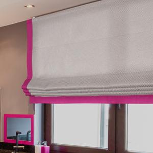 Римская штора с ярким контрастным кантом на окне в кухне