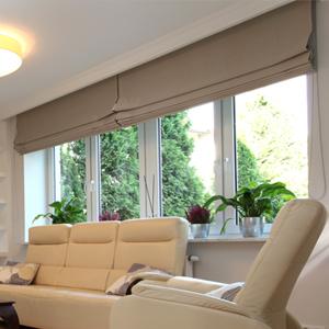 Римская штора на подкладке blackout из ткани Diana в гостиной загородного дома