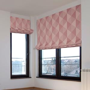 Римские шторы с геометрическим рисунком на окнах