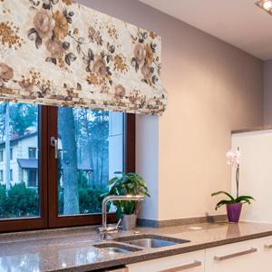 Римская штора с цветочным рисунком на кухне