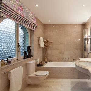 Римская штора Lauren 4 в ванной комнате