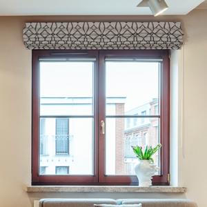 Римская штора с орнаментом в гостиной