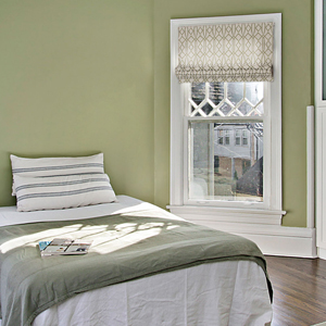 Римские шторы с орнаментом в спальне