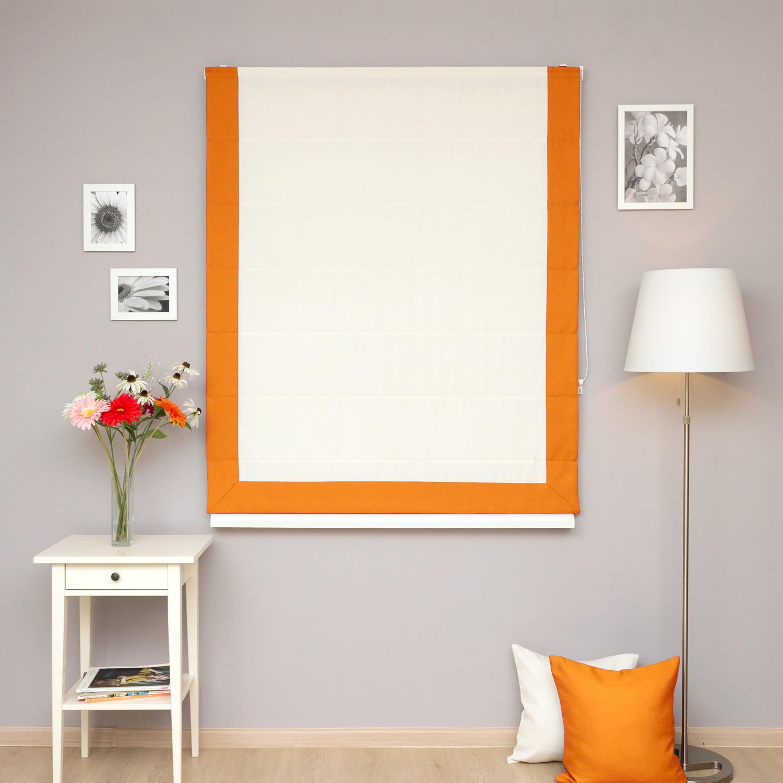 Красивые римские шторы светло белого цвета с кантом оранжевого цвета на механическом подъемном механизме