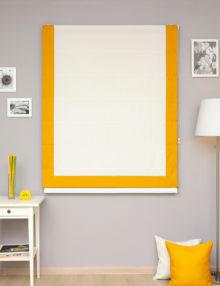 Красивые римские шторы белого цвета с желтым кантом для детской комнаты