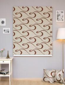 Красивые римские шторы спокойного бежевого цвета и красивым орнаментом