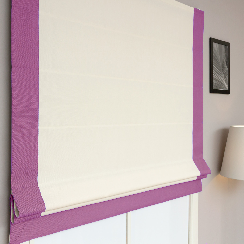 красивые римские шторы на пластиковом окне белого цвета и сиреневым кантом