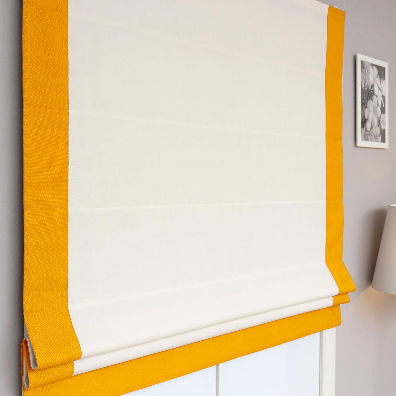 Римские шторы белого цвета с декоративным кантом желтого цвета.