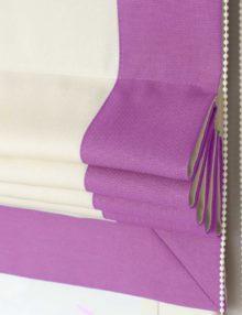 Римские шторы белого цвета с сиреневой окантовкой