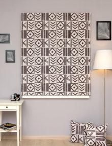 Римские шторы с уникальным геометрическим принтом четного цвета на светлом фоне