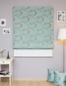 Римские шторы больших размеров из ткани голубого цвета с изящным орнаментом