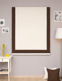 Римские шторы белого молочного цвета с декоративным кантом коричневого цвета