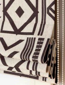 Римские шторы с современным геометрическим рисунком черного цвета на льне