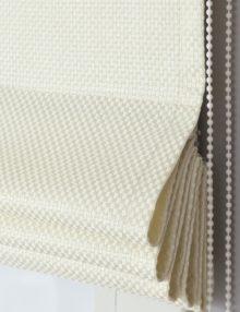 Красивые римские шторы из ткани с крупным плетением светлого молочного цвета