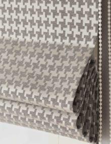 Римские шторы собираются в элегантные складки