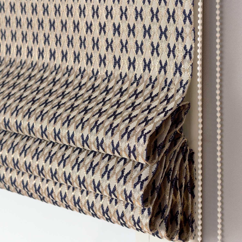 Римские шторы из ткани жаккард с мелким рисунком золотого цвета