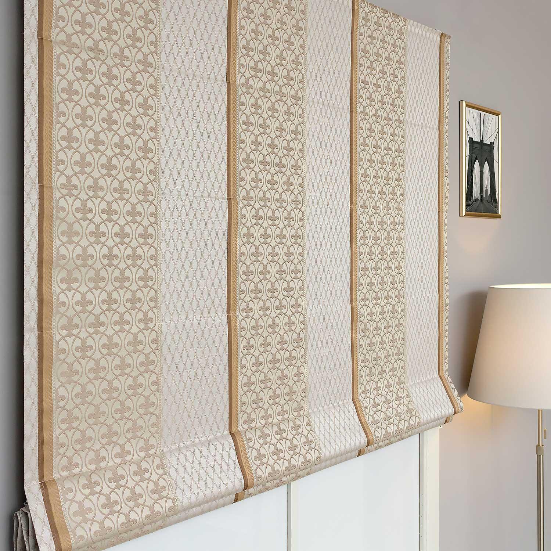 Римские шторы из светлой ткани с классическим рисунком