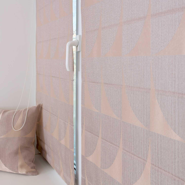 Мини римские шторы из ткани с геометрическим рисунком защищают от солнца.