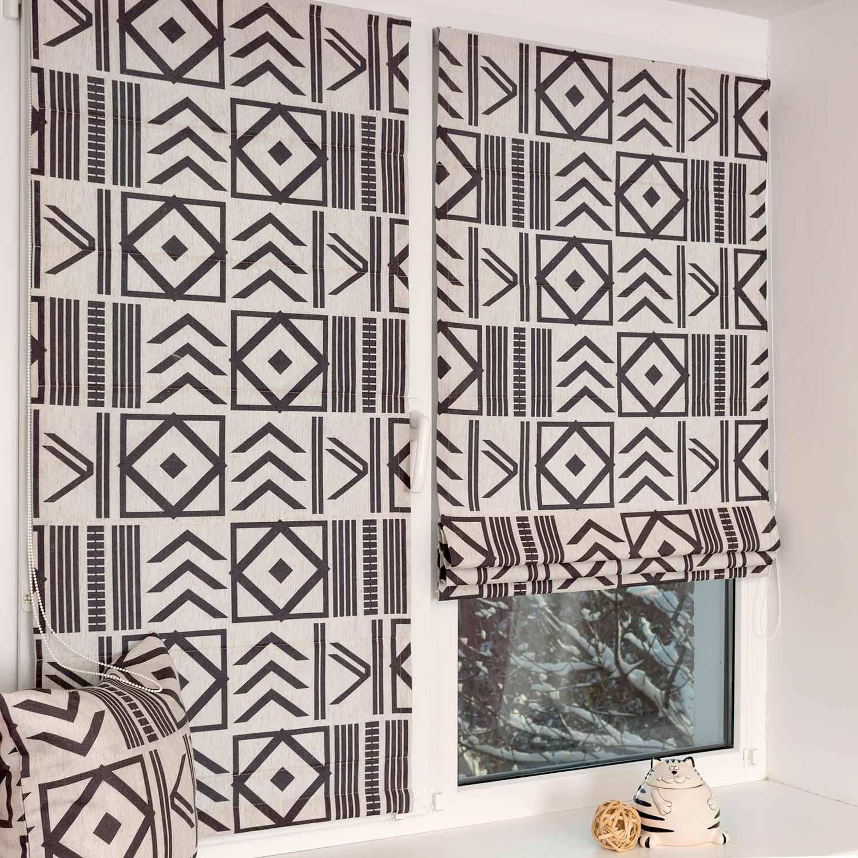 Мини римские шторы из ткани с геометрическим принтом и установкой на пластиковые окна без сверления