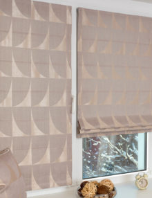 Две прекрасные мини римские шторы на пластиковом окне с установкой без сверления. Шторы выполнены из ткани с геометрическим рисунком бежевого цвета
