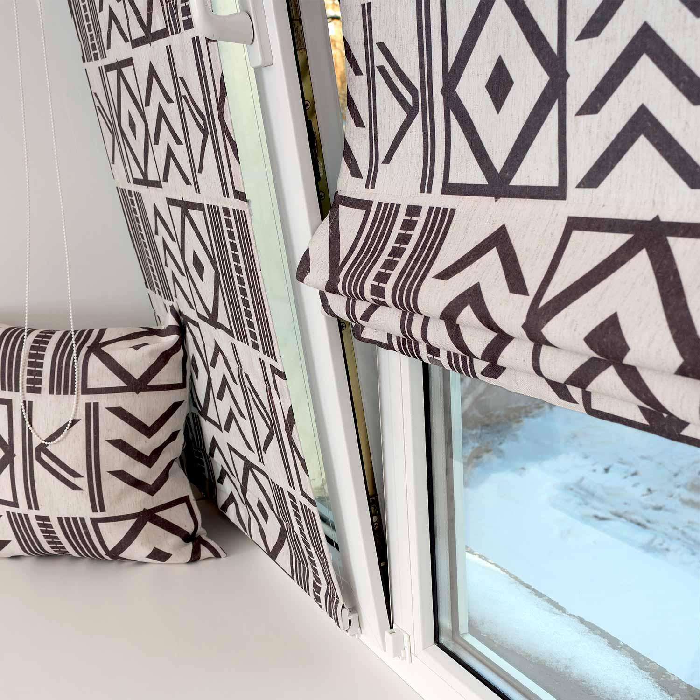 Мини римские шторы из ткани с геометрическим принтом на светлом фоне с установкой на пластиковые окна без сверления