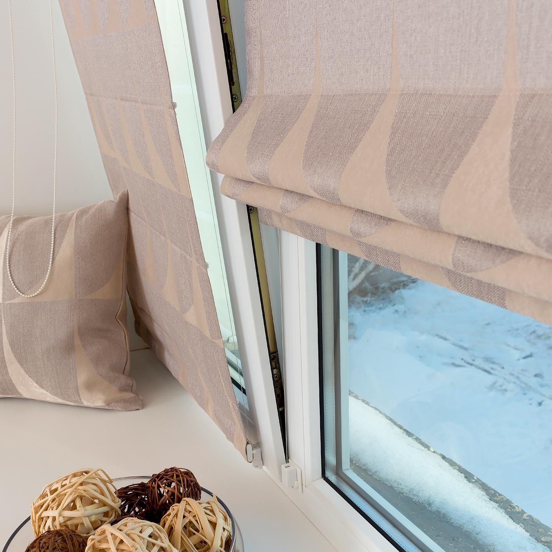 Римские шторы не отклоняются от окна открытого на проветривание