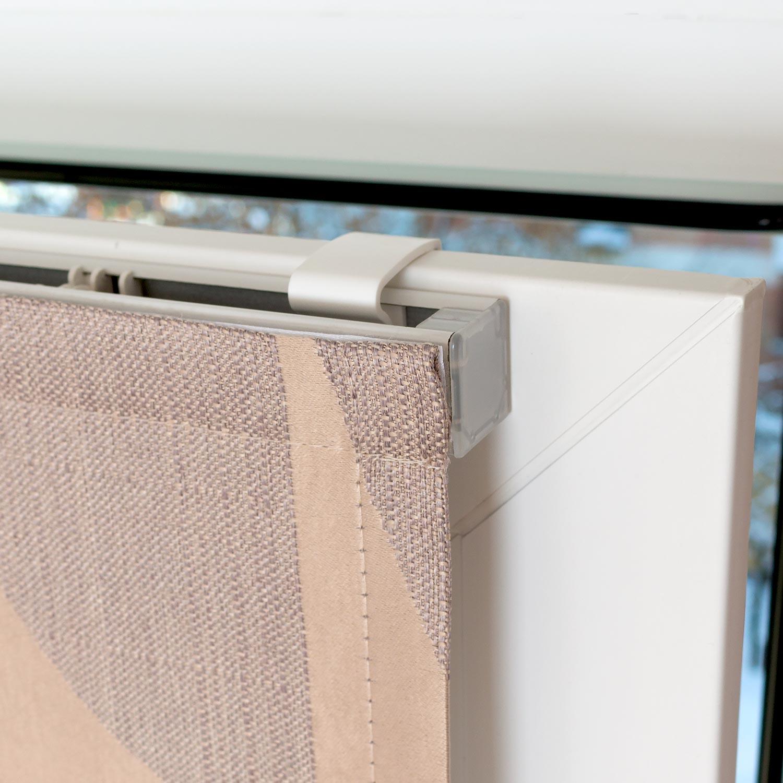 Мини римские шторы установленные без сверления на пластиковые окна. На фото изображен пластиковый кронштейн надежно удерживающий штору на коне