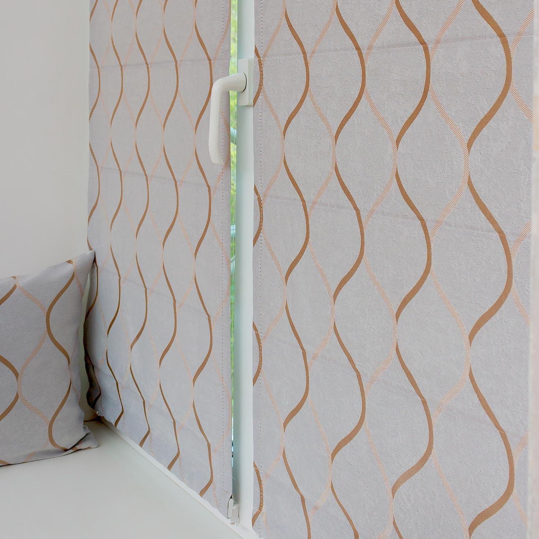 Мини римские шторы из ткани блэкаут серого цвета надежно защищают комнату от солнечного света