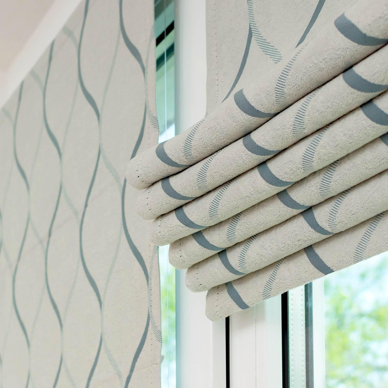 Мини римские шторы на пластиковом окне собранные в складки