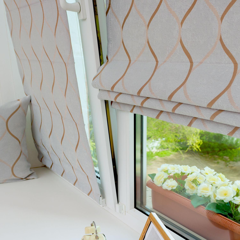 Мини римские шторы из светло серой ткани блэкаут на пластиковом окне с установкой без сверления