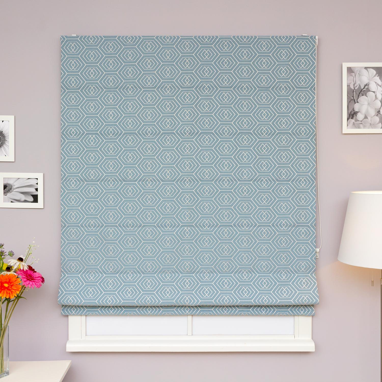 Красивые римские шторы бирюзового цвета с геометрическим рисунком для гостиных комнат