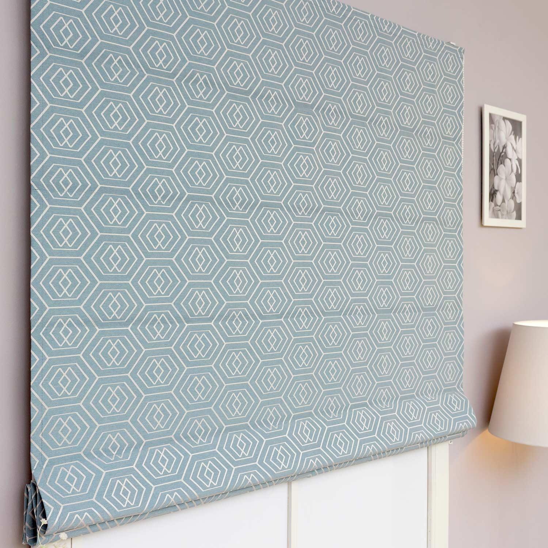 Римские шторы из плотной ткани с геометрическим рисунком на бирюзовом фоне